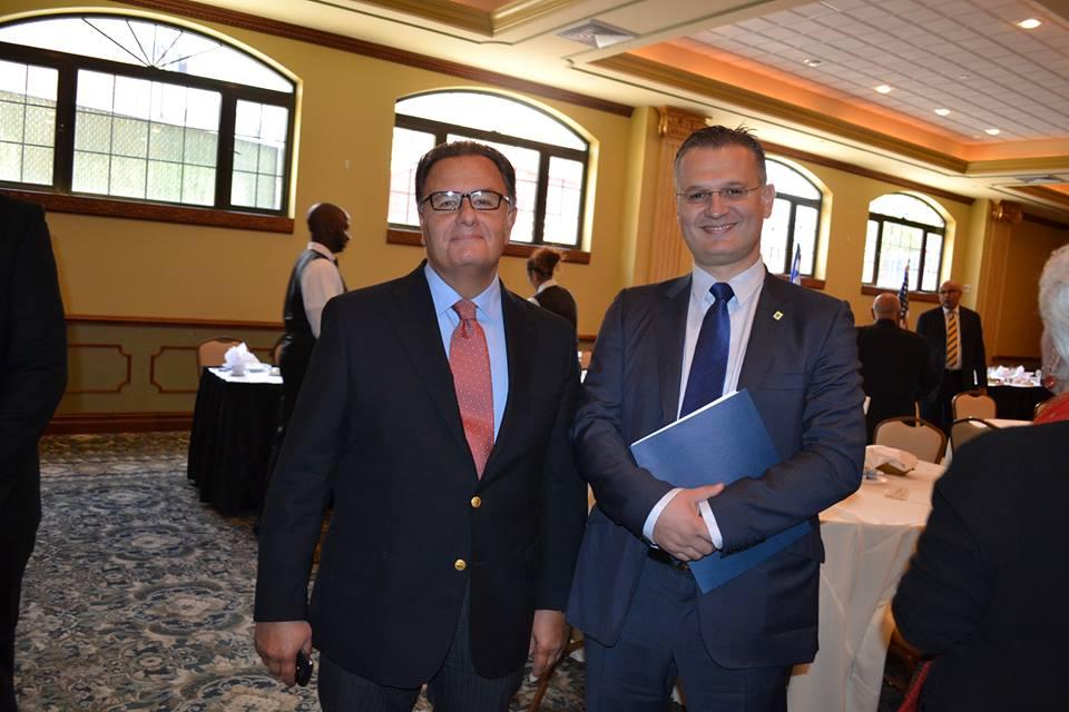 Ο Δημήτρης Πτωχός κατά τη πρόσφατη επίσκεψη μαζί με τον Πρωθυπουργό στους Κεφαλλονίτες ομογενείς της Νέας Υόρκης. Στη φωτογραφία του e-kefalonia δίπλα στον υπουργό Πολιτισμού.
